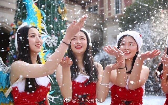 高校暴雪中举行维密秀 模特雪中秀身材