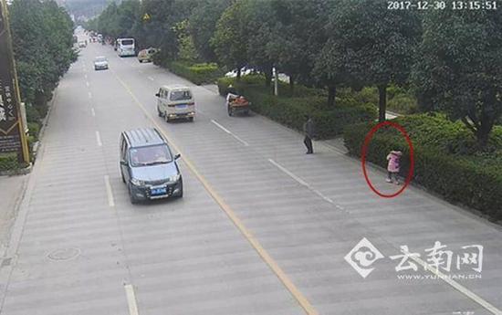 父母吵架扔下娃 7岁女儿独自乘公交回家