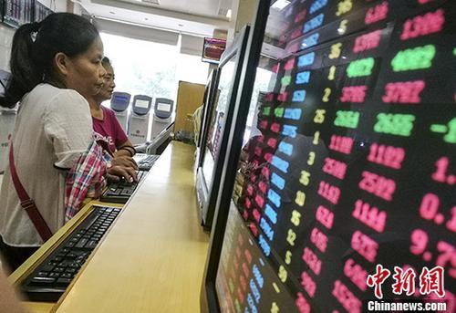 10月9日,海口某证券公司营业部内的股民关注股市动态。截至当日收盘,沪指报3374.38,涨幅0.76%;深成指报11264.27,涨幅1.60%;创业板指报1889.84,涨幅1.22%。 <a target='_blank' href='http://www.chinanews.com/'>中新社</a>记者 骆云飞 摄