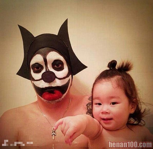日本父女泡澡照合集 惊悚造型逗女儿笑哈哈