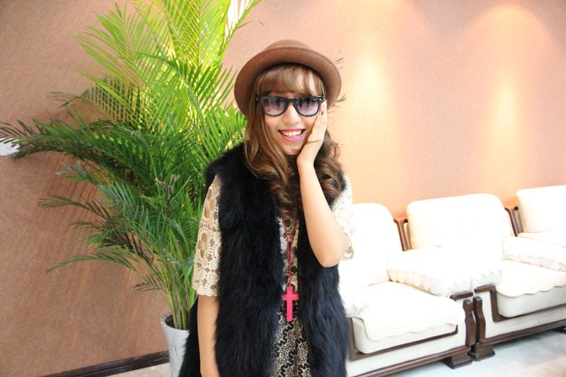 专访中,她带来自己收藏的多款墨镜,一一向网友展示。