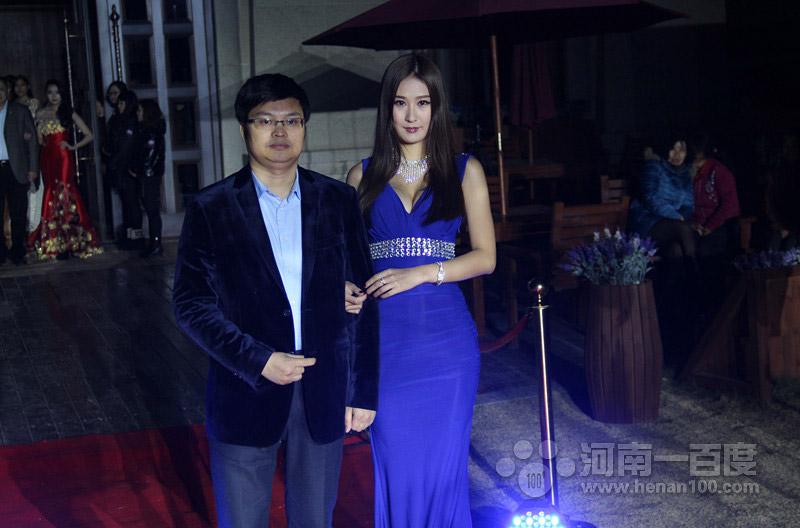 河南郑州国贸商业有限公司总经理司小伟先生与模特龙琳红毯秀