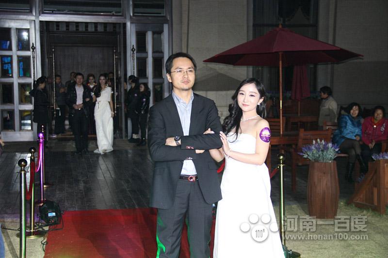 大商集团河南公司商业开发总经理李华伟先生与模特张乐乐红毯秀