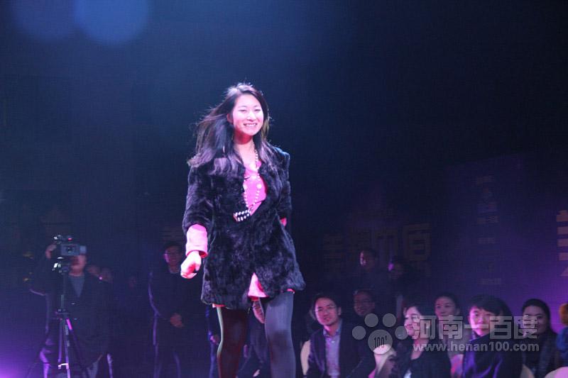 河南一百度美人谈上线一周年庆典活动抽奖环节特等奖获得者上台领奖