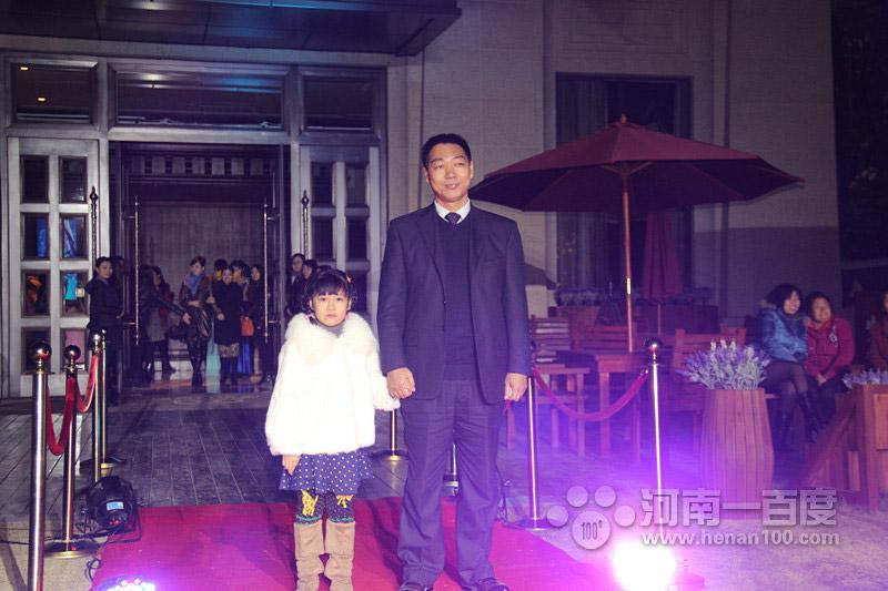 河南花花牛乳业有限公司副总经理张国峰先生携爱女红毯秀