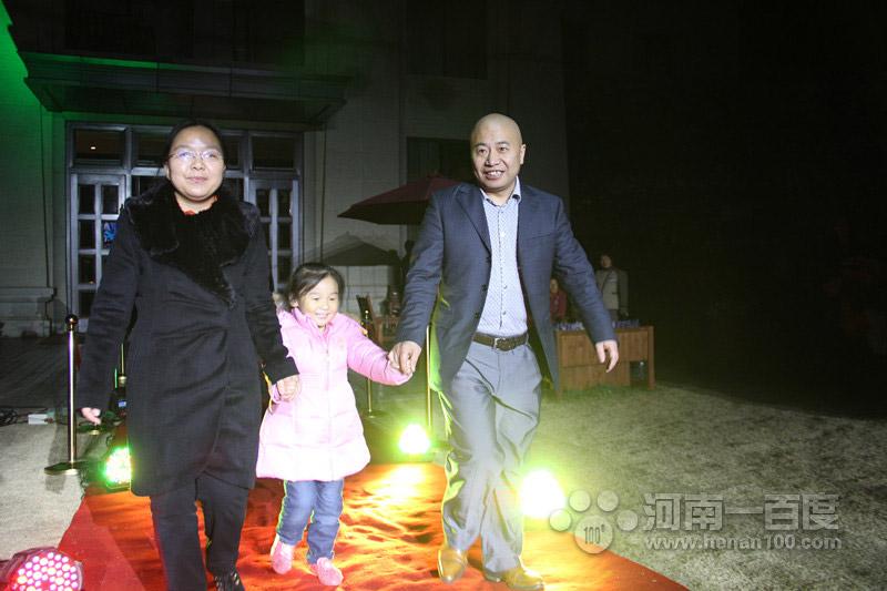 河南一百度总裁张晓枫先生与康桥地产执行总裁朱荣梅女士红毯秀