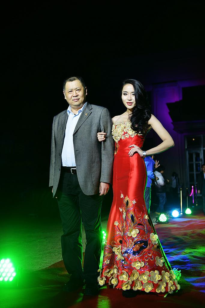 旅游百事通总经理李力先生与模特汪蕾红毯秀