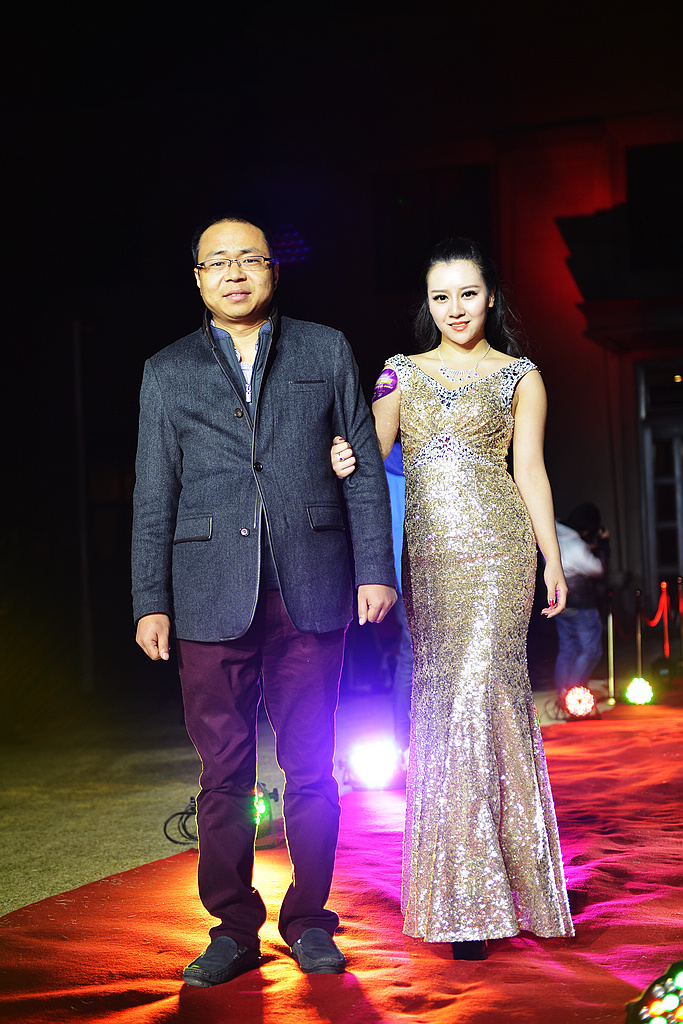 河南易秀视觉董事长付连章先生与模特黄薇红毯秀