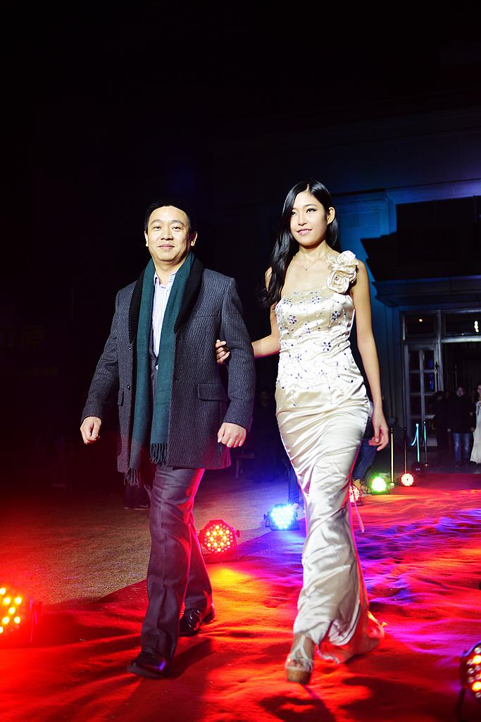 上韬传媒总经理焦建先生与模特温媛婕红毯秀