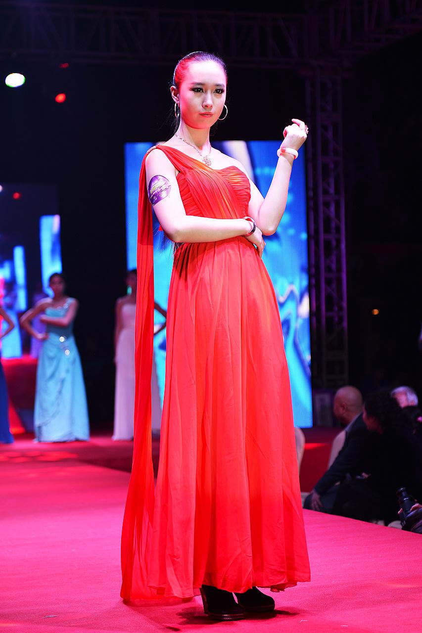 河南一百度美人谈上线一周年庆典活动模特T台秀珠宝展示