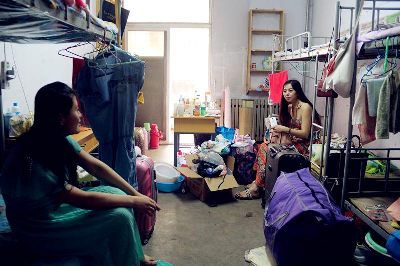 行李一箱又一箱一包又一包,凌乱的宿舍已经没人整理。因为是离校的最后期限,宿管经常去催促毕业生离校不再提供宿舍。室友们有的工作了,有的回老家了,各奔东西。身为濮阳妹子,郑璟瑜已经在郑州找到了一份工作,暂时不打算回家去。
