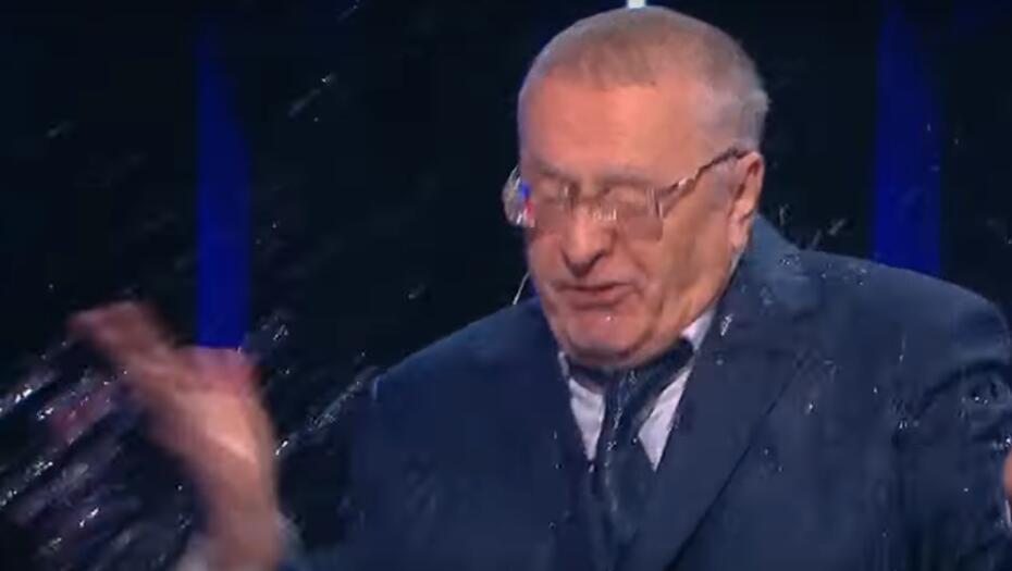快打起来了!俄总统候选人电视辩论中互相辱骂泼水