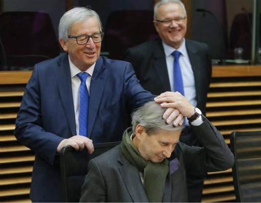 欧盟主席恶搞副手头发被抓拍 英媒:不关心脱欧了?