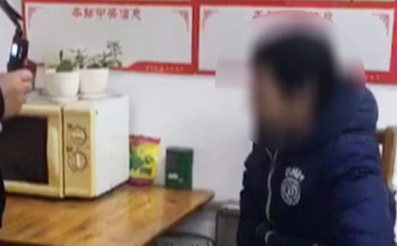 男子自认摸清中奖规律 只有8分钱买2千元彩票被抓(视频)