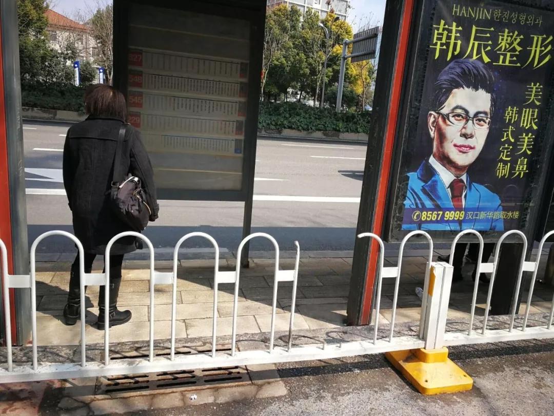武汉女孩被护栏卡脖致死 曾为家人放弃20万年薪