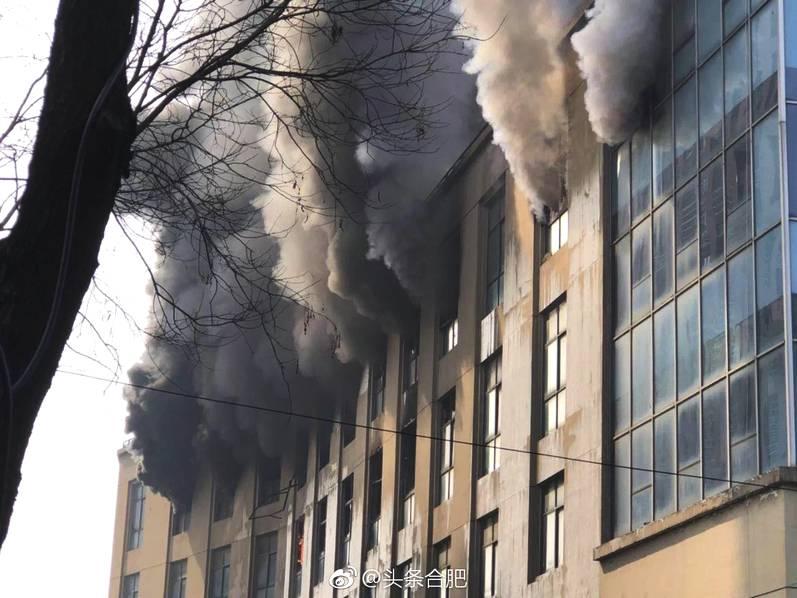 合肥三里街汽汽车贴花图案大全集配城一商铺发生火灾 现场浓烟滚滚