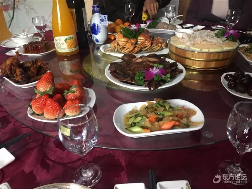 同事结婚男子随100份子钱 看到婚宴上的菜后傻眼了