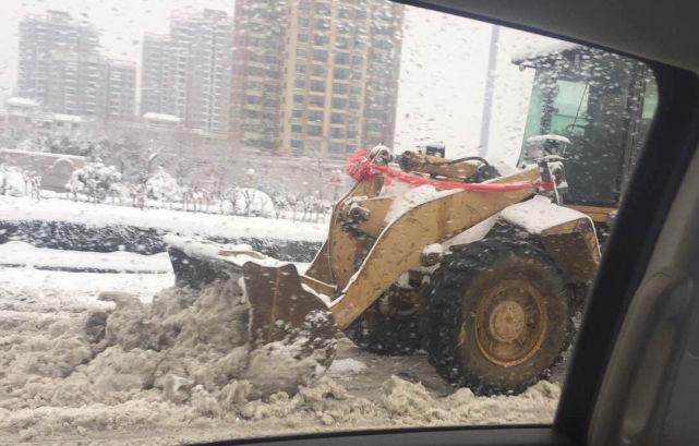 铲车开道!河南大雪天现超霸气新婚车队