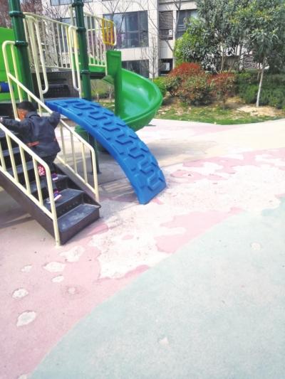 小区儿童乐园地面破损严重物业迟迟未修 业主质疑:百余处电梯广告收益