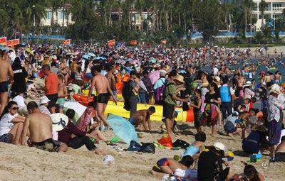 海南三亚 海滩上人潮涌动如下饺子