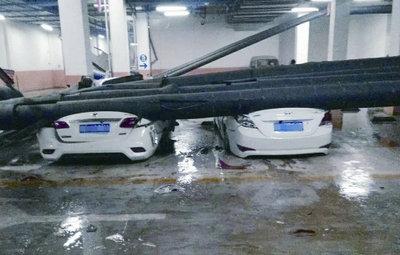 """郑州一小区暖气管道坠落砸""""扁""""9辆车"""