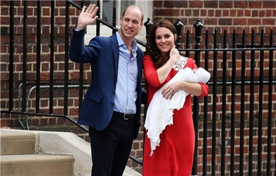英国新生小王子亮相 凯特王妃抱娃满脸幸福