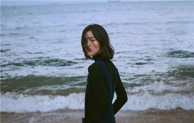 刘雯海边漫步享秋日美景 身材太瘦似平板