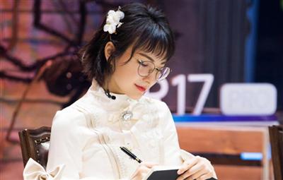 吴昕身穿白色公主裙 化身甜美少女魔法老师