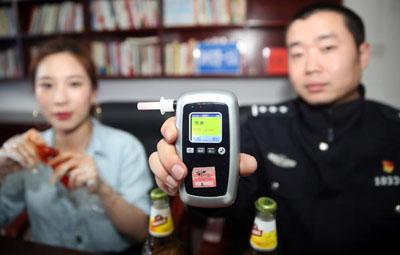 """郑州交警实测:吃15只冰醉小龙虾达到""""酒驾""""值"""