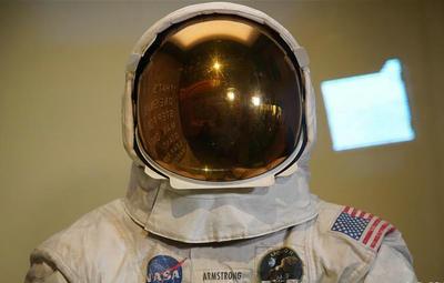 50周年 阿姆斯特朗登月宇航服重新与公众见面