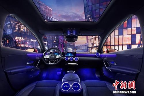 """全新梅赛德斯-奔驰长轴距A级轿车以越级配置升级新生代豪华轿车驾乘体验,其中由双10.25英寸高清显示屏打造的 """"大视界交互屏""""展现出精彩无..."""