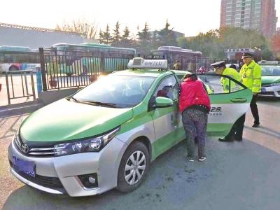 郑州交通执法人员正检查出租车后排安全带.jpg