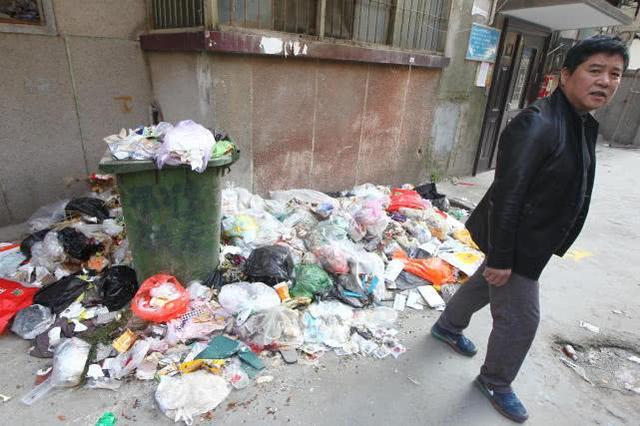 """郑州一居民楼下长出""""垃圾山"""",居民:路长快出来管管!"""