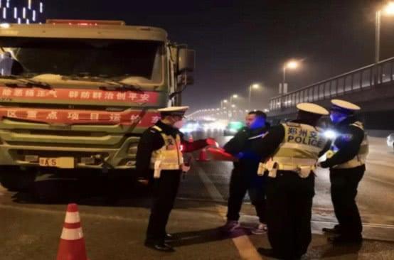 大队长带队!郑州交police深夜没动60余人只为这件事,一早晨就查处117起