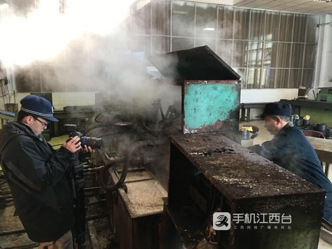 """【新春走基层】火车""""足道师"""":一天弯腰上万次 搬动轴"""