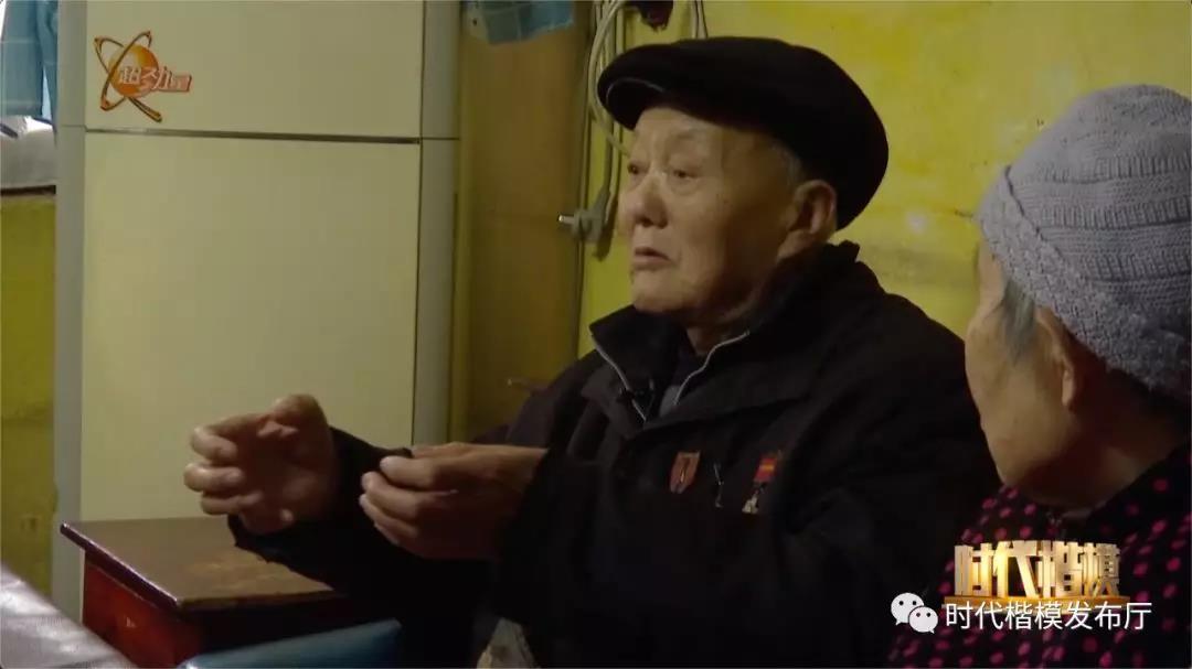 一次跨越千里的特殊颁奖仪式,只为这位深藏功名的95岁老
