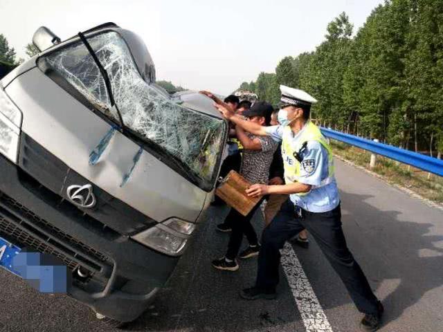 男子驾车操作不当,一头撞上高速护栏,多亏这个动作救自己一命