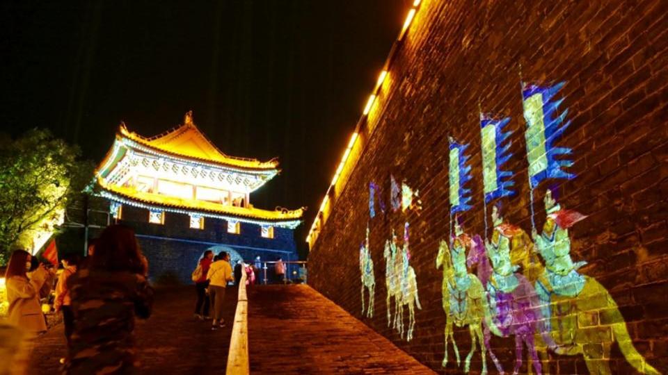 【母亲河畔的中国】采访团夜游开封城墙 感受厚重黄河