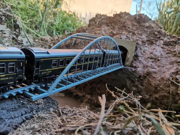"""村里的""""基建狂魔""""!河南小伙菜地里建""""高铁"""",已铺设70多米铁轨"""
