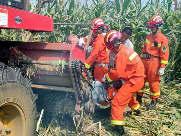 """危在旦夕!漯河一老人左腿被玉米收割机""""咬断"""",消防员紧急破拆营救"""