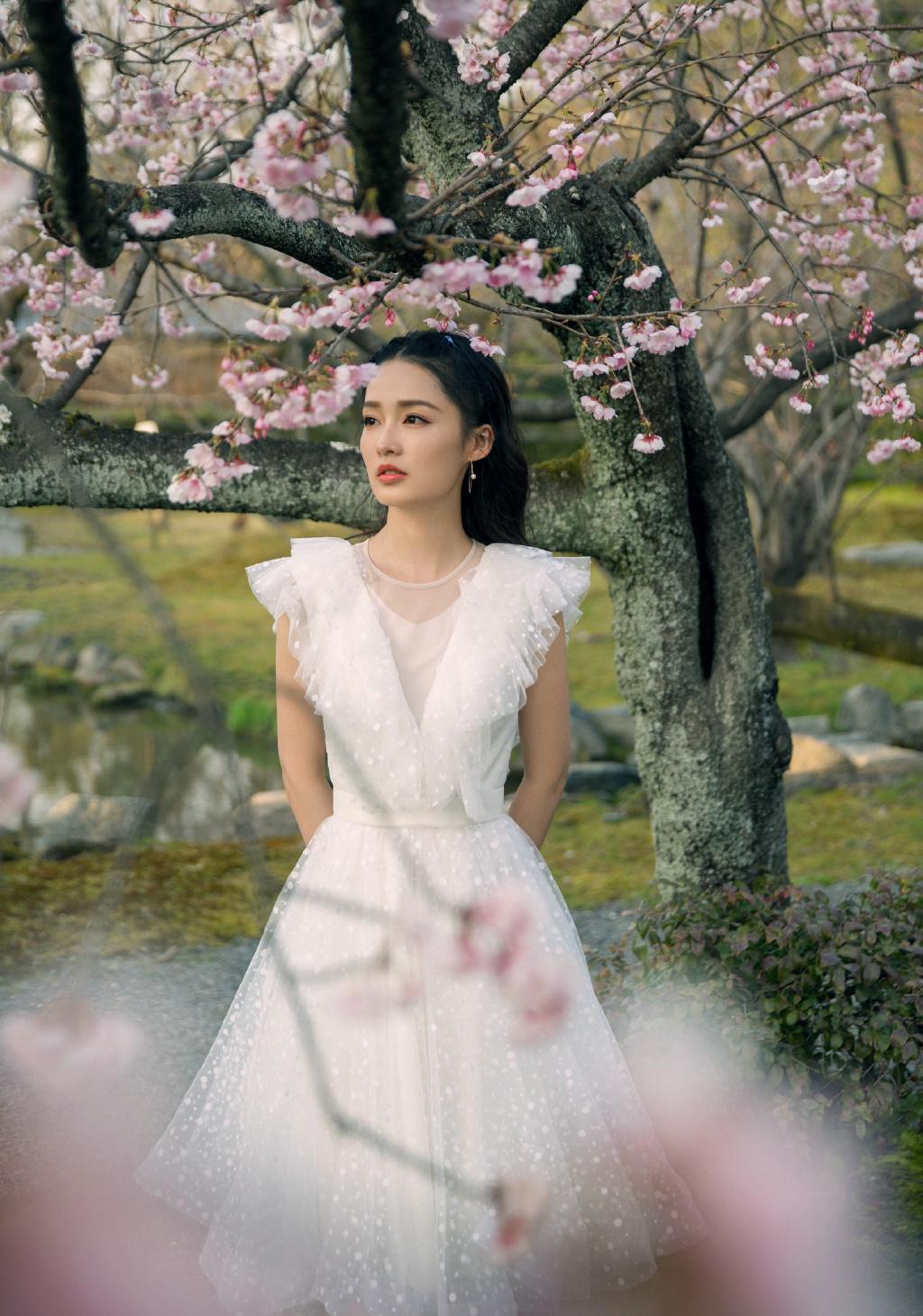 郑州到许昌_李沁身穿白纱裙与花树合影 宛若仙子 - 河南一百度