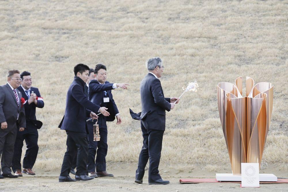 东京奥运会圣火20日从希腊抵达日本东北部的宫城县松岛基地机场,经过短暂的欢迎仪式后开始为期六天的灾区巡展,由于遭遇大风,首站展览火种灯就被吹灭了两次。.jpg?x-oss-process=style/w10