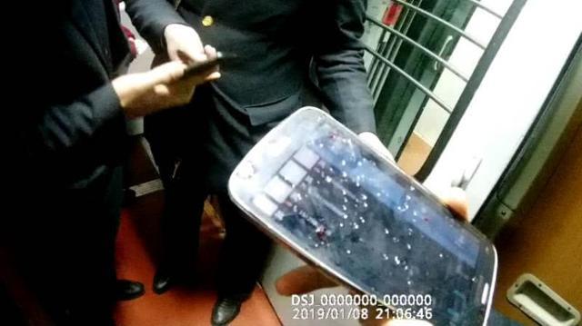 列车厕所里都是血迹,乘警调查后发现有人试图自杀