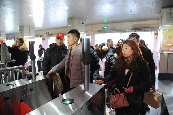 郑州汽车中心站春运首日 :刷身份证可进站,21日预计发送