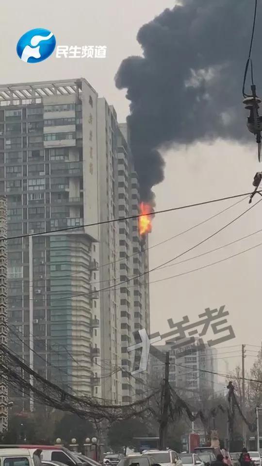 突发!郑州花园路美景花郡小区通风井着火!从1楼烧到26楼