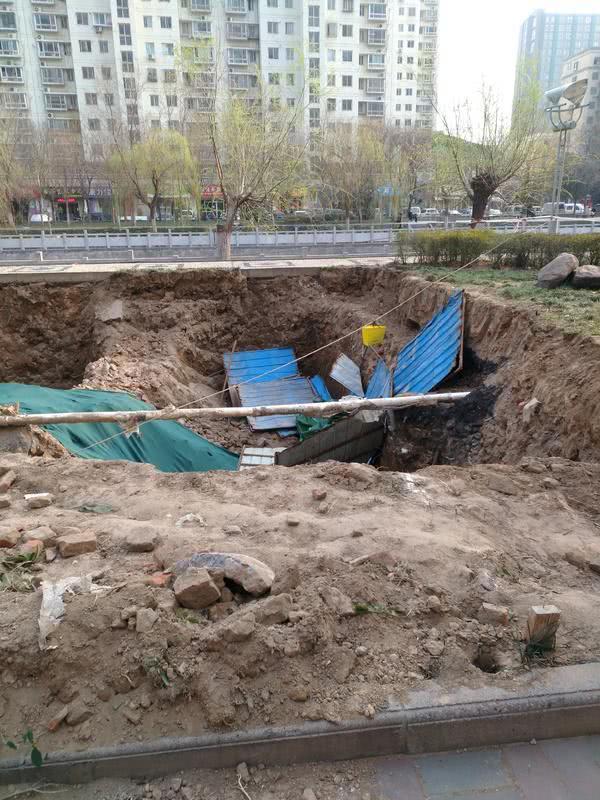 一夜轰鸣后,郑州这小区对面的公园绿化带变大坑,城管局这样回复
