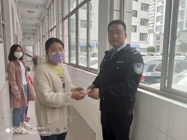 郑州一女子借人手机打电话,几分钟顺走1.4万,手法让人开眼