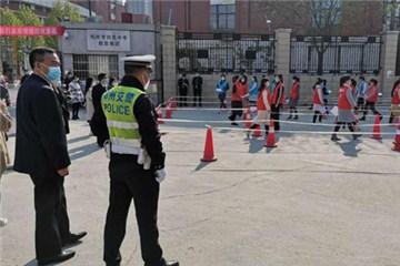 备战开学!郑州交警开展模拟演练,为初三复学做准备