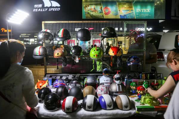 """谈盔""""色变""""!郑州商户称头盔热卖持续不足一周,有顾客""""花样百出""""来退货"""