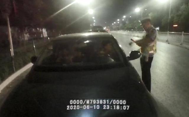 郑州14岁男孩深夜偷开自家奥迪车上路,半路被交警拦停